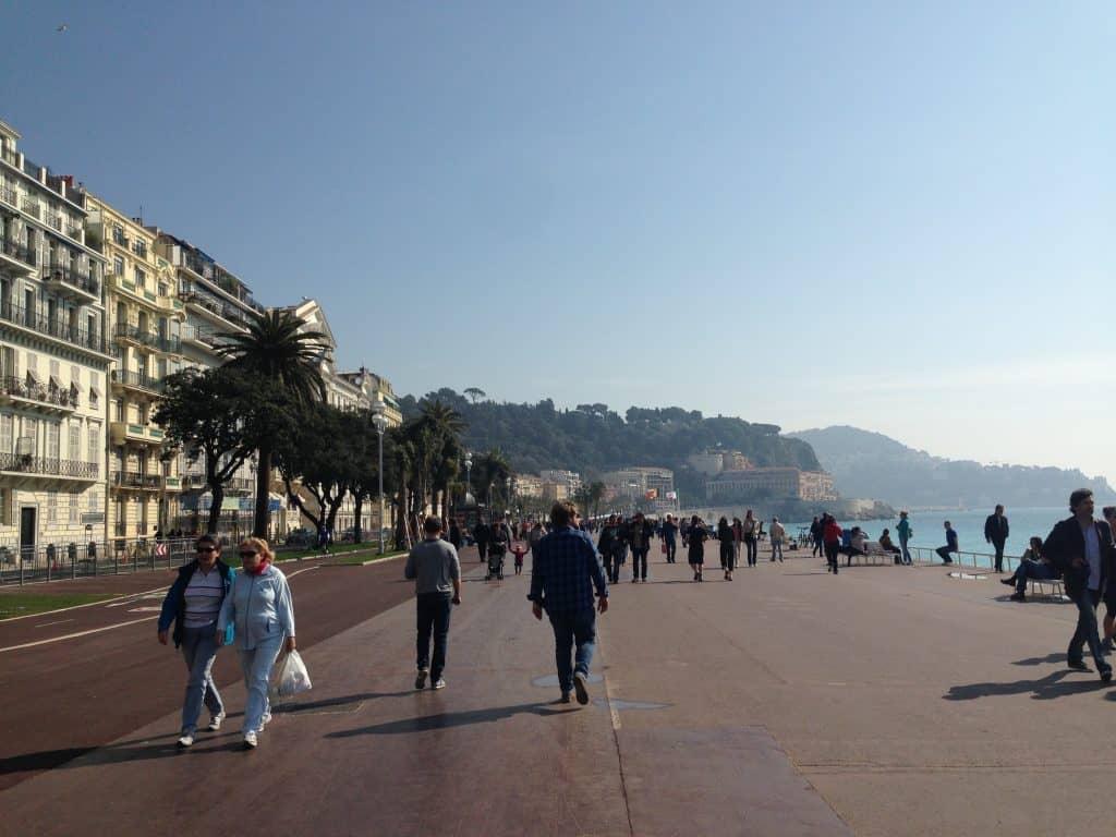 Città con un mare e una spiaggia come quella di Nizza non sono molte nel  mondo. Mare blu d698676deb17