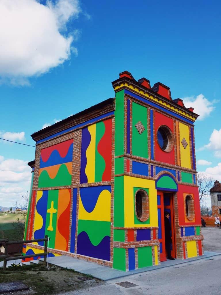 La chiesetta colorata delle Langhe